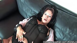 obese soccer mummy in tights works her hard clit