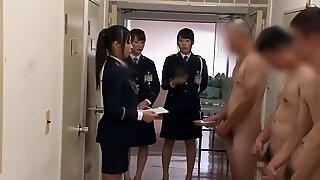 Kínai nőőrök felügyelik a krémgyűjtést (cenzúrázva)